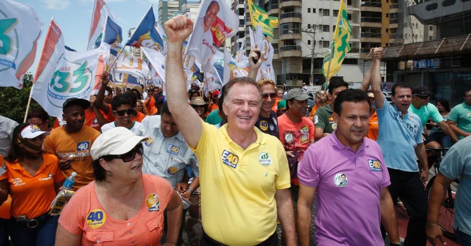 28.set.2014 - O governador do Espírito Santo e candidato à reeleição pelo PSB, Renato Casagrande, faz campanha na cidade de Vila Velha, na região metropolitana de Vitória (ES)