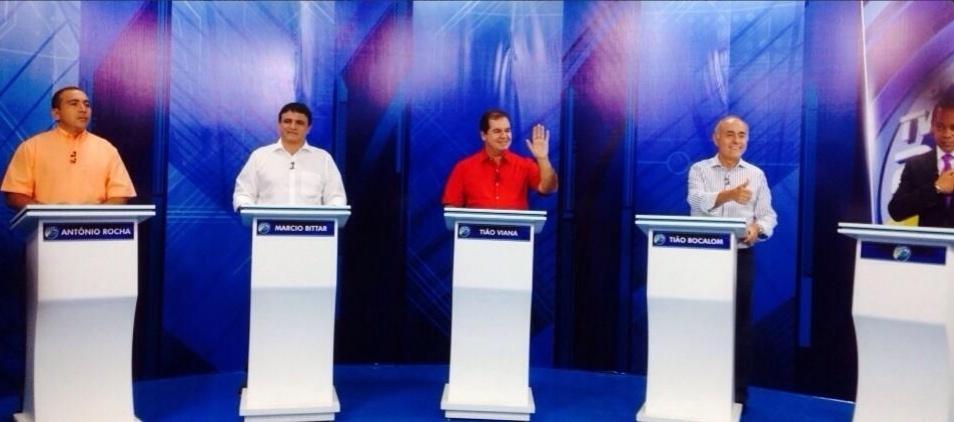 29.set.2014 - (Da esq. para dir.) Os candidatos ao governo do Acre Antônio Rocha (PSOL), Marcio Bittar (PSDB), Tião Viana (PT) e Tião Bocalom (DEM) participam de debate da TV Gazeta, afiliada da Record no Acre, em Rio Branco, na noite de segunda-feira