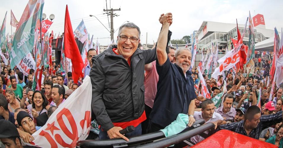 29.set.2014 - O ex-presidente Luiz Inácio Lula da Silva e o candidato ao governo do Estado de São Paulo pelo PT, Alexandre Padilha, fazem campanha em Franco da Rocha (SP), nesta segunda-feira