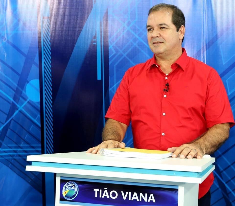 29.set.2014 - O governador do Acre e candidato a reeleição pelo PT, Tião Viana, participa de debate da TV Gazeta, afiliada da TV Record, em Rio Branco, na noite desta segunda-feira. Pesquisas de opinião mostram que Viana tem chance de vencer no 1º turno