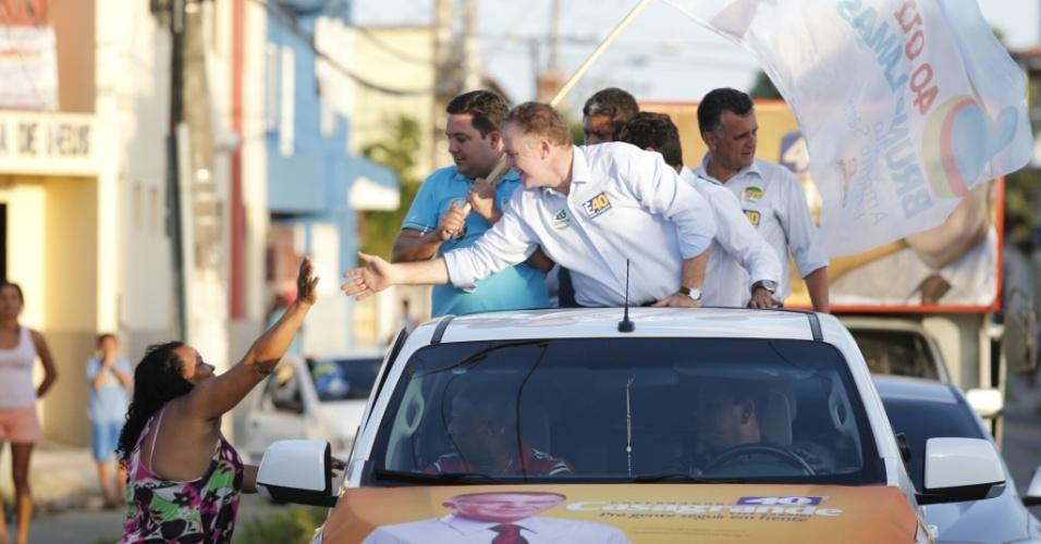 29.set.2014 - O governador do Espírito Santo e candidato à reeleição pelo PSB, Renato Casagrande, faz campanha na cidade de Serra (ES)