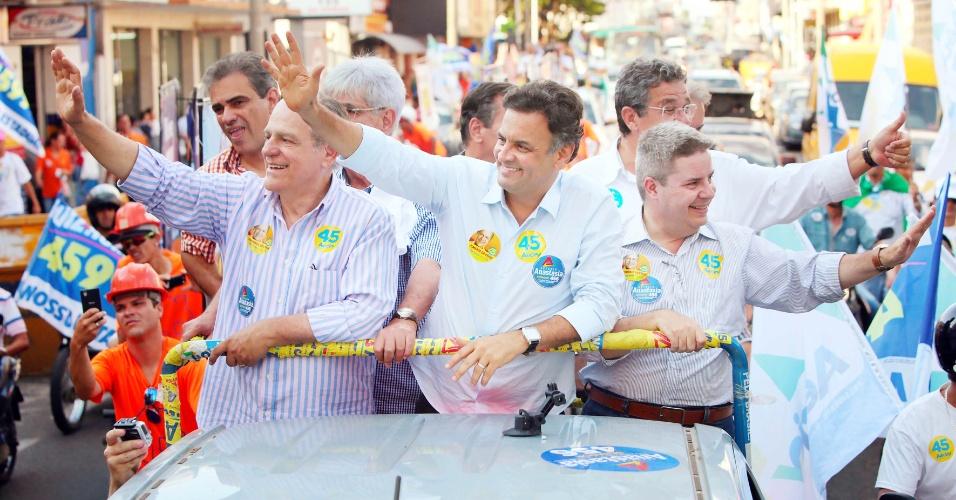 29.set.2014 - Pimenta da Veiga (à esquerda), candidato ao governo de Minas Gerais pelo PSDB, faz carreata e caminhada em Uberlândia ao lado de Aécio Neves (centro), candidato tucano à Presidência, e Antonio Anastasia, que disputa uma vaga no Senado