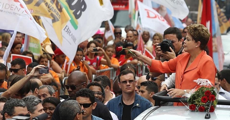 30.set.2014 - A presidente da República e candidata à reeleição pelo PT, Dilma Rousseff, participa de carreata em Santos (72 km de São Paulo) nesta terça-feira. A presidente disse que seus adversários na disputa representam o