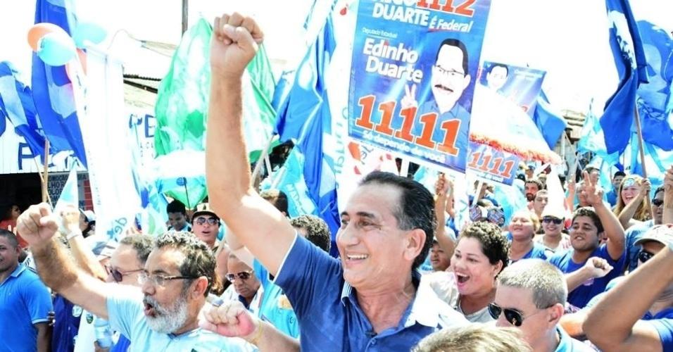 30.set.2014 - Candidato ao governo do Amapá, Waldez Góes (PDT) faz campanha pelas ruas de Macapá nos últimos dias antes da eleição. Góes é apoiado pelo PMDB do senador José Sarney (PMDB-AP), que não concorre a nenhum cargo político e desistiu de tentar reeleição. Pesquisas eleitorais apontam Waldez na liderança com registro de mais de 10 pontos percentuais de Lucas Barreto (PSD) e do candidato à reeleição Camilo Capiberibe (PSB)