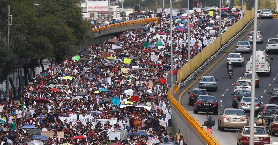 30.set.2014 - Estudantes do Instituto Politécnico Nacional, na Cidade do México, protestam contra mudanças nos regulamentos internos da instituição, currículo educacional e a demissão da diretora geral Yoloxochitl Bustamante