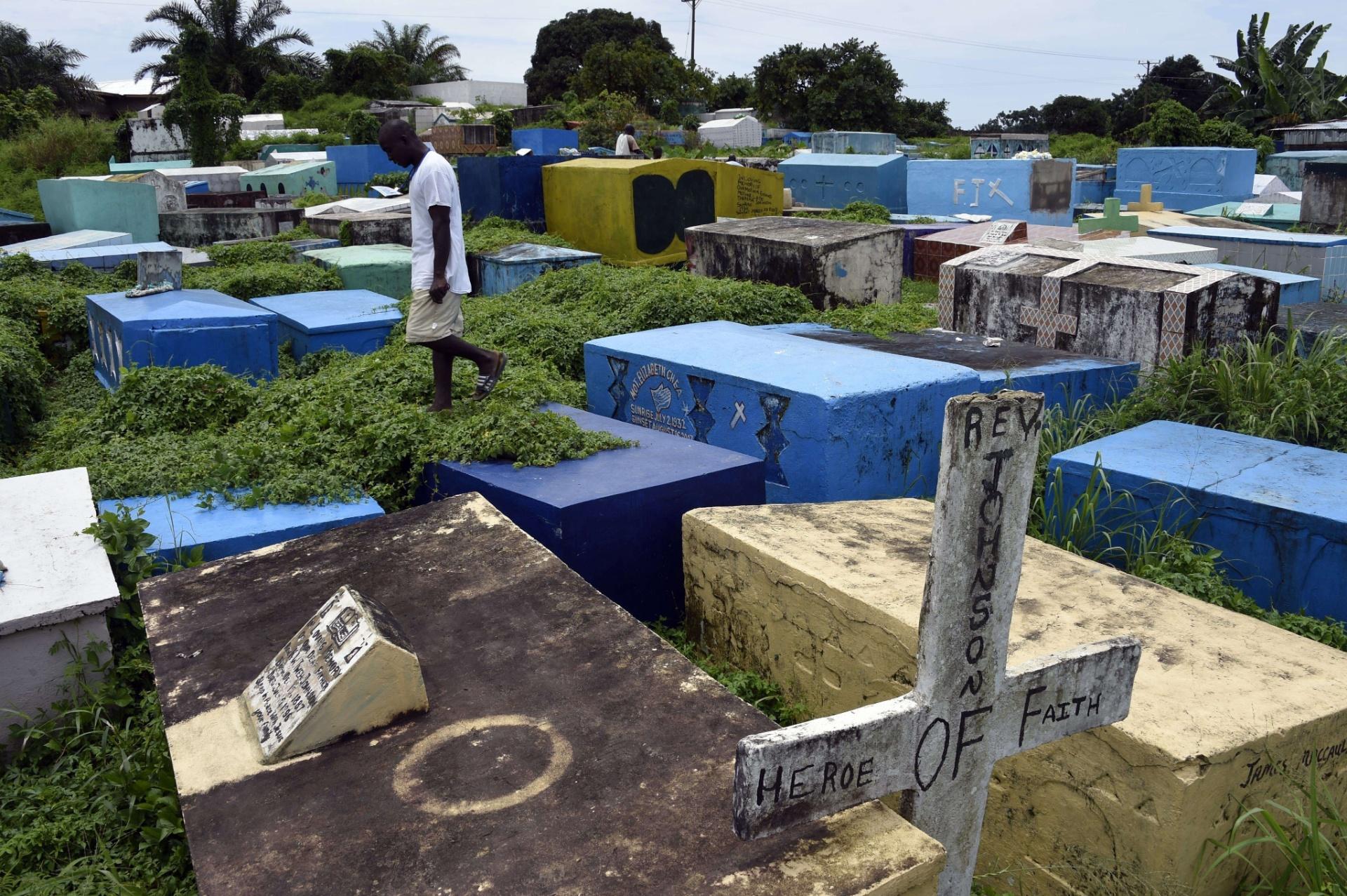 30.set.2014 - Homem caminha entre túmulos em um cemitério da cidade de Monróvia,na Libéria. O país foi o mais atingido pelo surto de ebola que já matou mais de 3.000 pessoas na África Oriental. Segundo dados da ONU, 1.830 pessoas morreram e 3.458 pessoas foram infectadas na Libéria