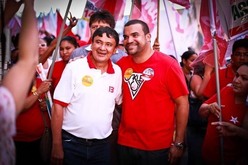 30.set.2014 - O candidato a governador Wellington Dias, do PT, faz caminhada pelo bairro Vila São Francisco Norte, em Teresina, no Piauí