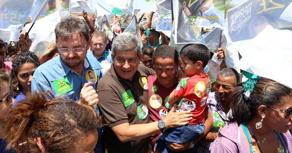 30.set.2014 - O candidato a reeleição como governador do estado do Piauí, Zé Filho, do PMDB, participa de passeata nos bairros de Picos, Simões e Padre Marcos