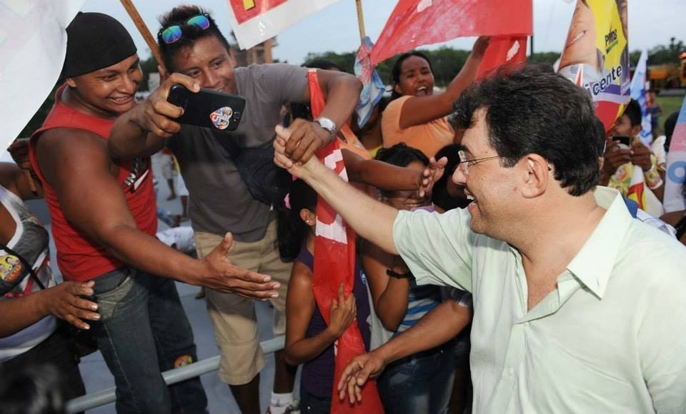 30.set.2014 - O candidato ao governo do Amazonas Eduardo Braga (PMDB) fez caminhada pelas ruas do município de São Gabriel da Cachoeira (AM). As fotos foram postadas nesta terça-feira (30) na página do Facebook do candidato