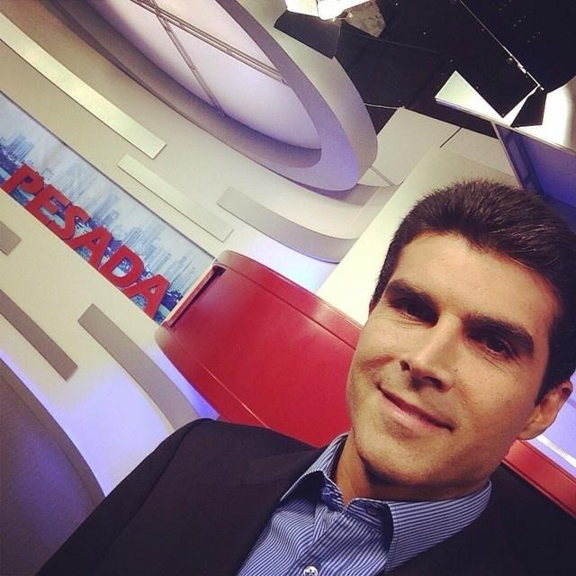 30.set.2014 - O candidato ao governo do Pará pelo PMDB, Helder Barbalho, postou um selfie na sua conta de Instagram antes de dar entrevista no programa Barra Pesada, da TV RBA, nesta terça-feira (30)