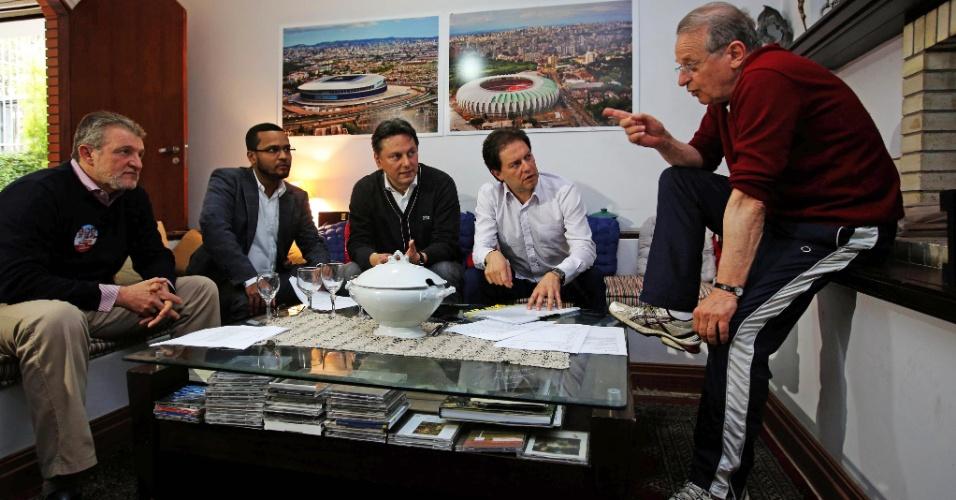 30.set.2014 - O candidato do PT ao governo do Rio Grande do Sul, Tarso Genro, se reúne com assessores de campanha durante os preparativos para o debate eleitoral que acontece nesta terça-feira (30)