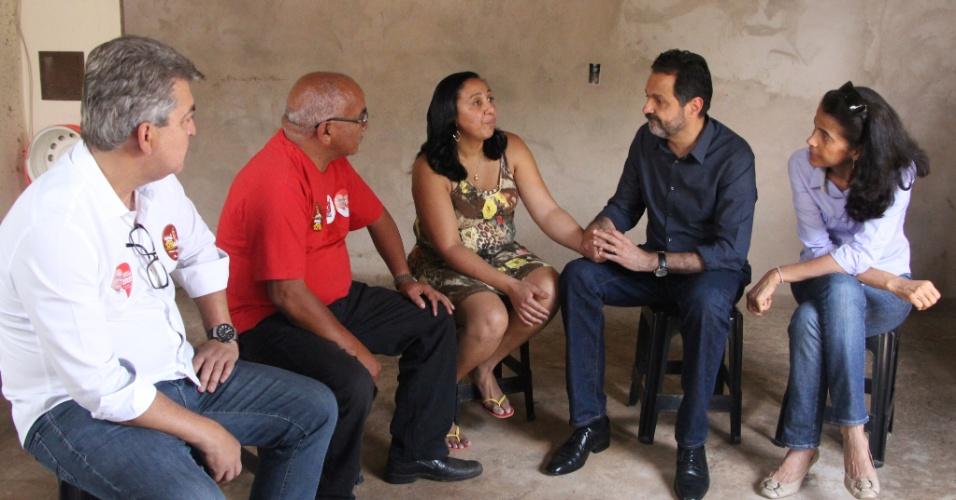 30.set.2014 - O governador do Distrito Federal, Agnelo Queiroz (PT), candidato à reeleição, visitou casas da comunidade Sol Nascente, em Ceilândia (DF), nesta terça-feira (30)