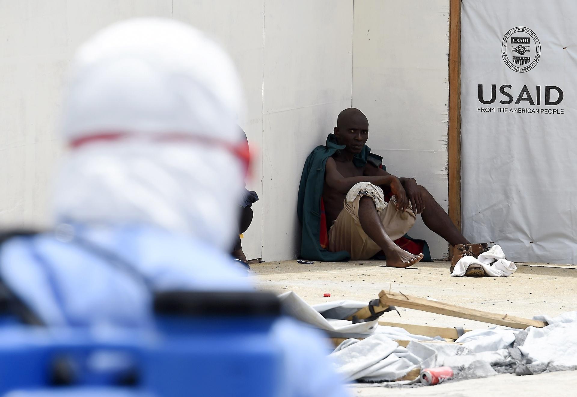 30.set.2014 - Paciente com suspeita de estar infectado com o vírus ebola aguarda atendimento no chão do Island Hospital, em Monróvia, na Libéria. O país foi o mais atingido pelo surto de ebola que já matou mais de 3.000 pessoas na África Oriental. Segundo dados da ONU, 1.830 pessoas morreram e 3.458 pessoas foram infectadas na Libéria