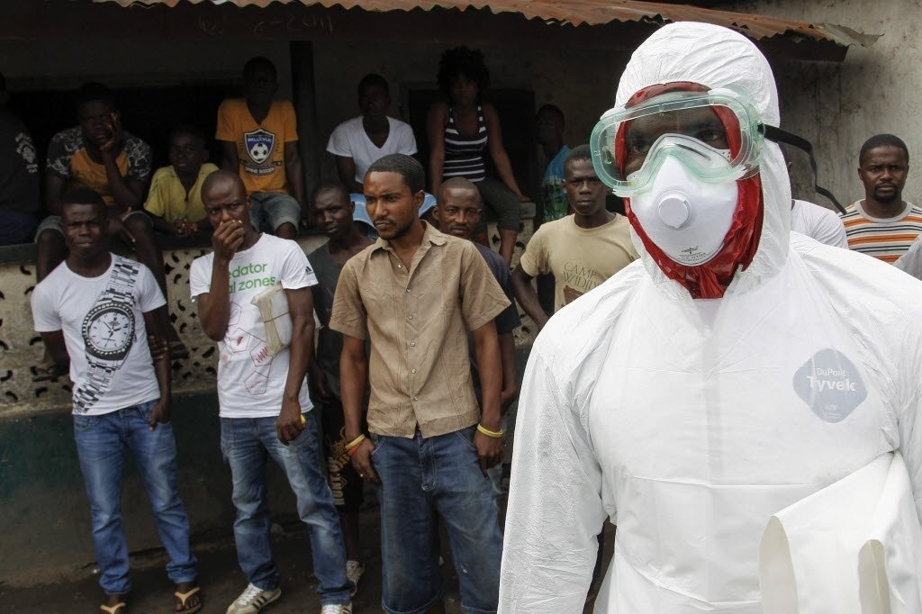 30.set.2014 - Trabalhador descansa após mover corpo de uma vítima de ebola em um bairro de Logan, na Libéria, nesta terça-feira (30). A Libéria foi um dos países mais afetado pelo epidemia. Cerca de 3,7 mil crianças já perderam pelo menos um dos pais desde o início do surto de ebola na África Ocidental, anunciou o Fundo da ONU para a Infância, Unicef. Em nota, emitida esta terça-feira, a agência informa que várias delas são rejeitadas pelos familiares. A Libéria, a Serra Leoa e a Guiné Conacri são os países mais afetados pela doença, que já fez mais de 3 mil mortos