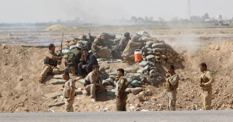 30.set.2014 - Voluntários e membros das forças Peshmerga (termo usado para denominar os curdos que participam da luta armada) entram em confronto com militantes do Estado islâmico na cidade de Daquq, ao sul de Kirkuk, nesta terça-feira (30)
