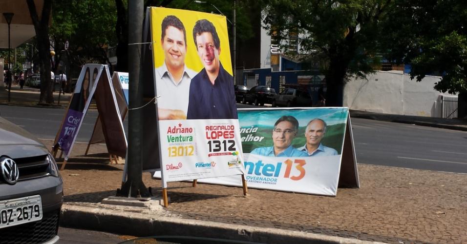 30.set.2014 - Na avenida Afonso Pena, uma das principais do centro de Belo Horizonte, pedestres competem com a propaganda política por espaço na calçada