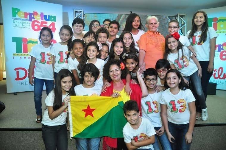 01.out.2014 - A candidata a senadora Perpétua Almeida (PCdoB) posa para fotos com crianças em ato de campanha em Rio Branco (AC)