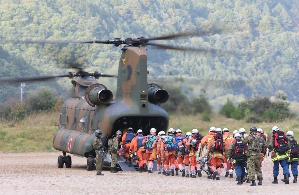 1º.out.2014 - Equipes de resgate entram em avião nesta quarta-feira (1º) para chegar ao topo do Monte Ontake em operação de busca por mortos e sobreviventes da erupção do vulcão. Durante a busca, doze corpos foram encontrados no topo do vulcão japonês, elevando a mais de 40 o número de mortos desde o início da erupção, no sábado (27). As equipes de resgate anunciaram que encontraram sete corpos em