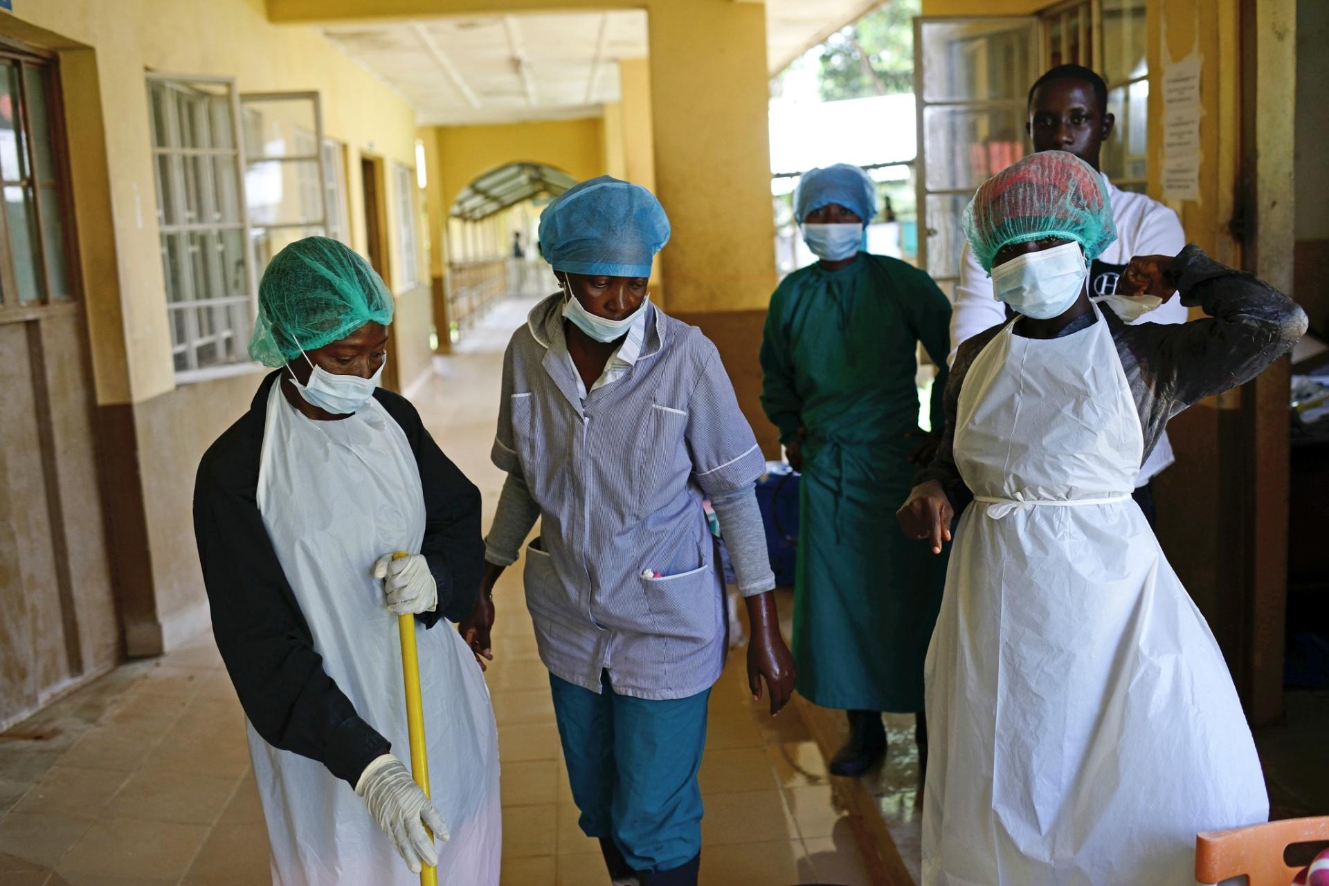1.out.2014 - Funcionários do Hospital Regional de Makeni se reúnem durante o trabalho. A epidemia e o constante fluxo de corpos para o hospital tem afligido os funcionários do local, muitos deles pouco treinados ou protegidos