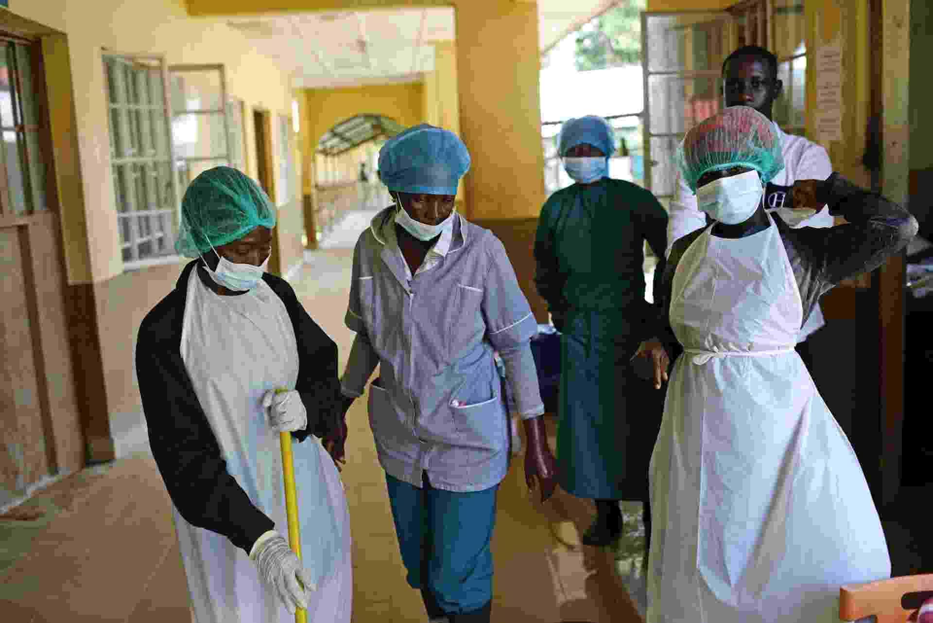 1.out.2014 - Funcionários do Hospital Regional de Makeni se reúnem durante o trabalho. A epidemia e o constante fluxo de corpos para o hospital tem afligido os funcionários do local, muitos deles pouco treinados ou protegidos - Samuel Aranda/The New York Times