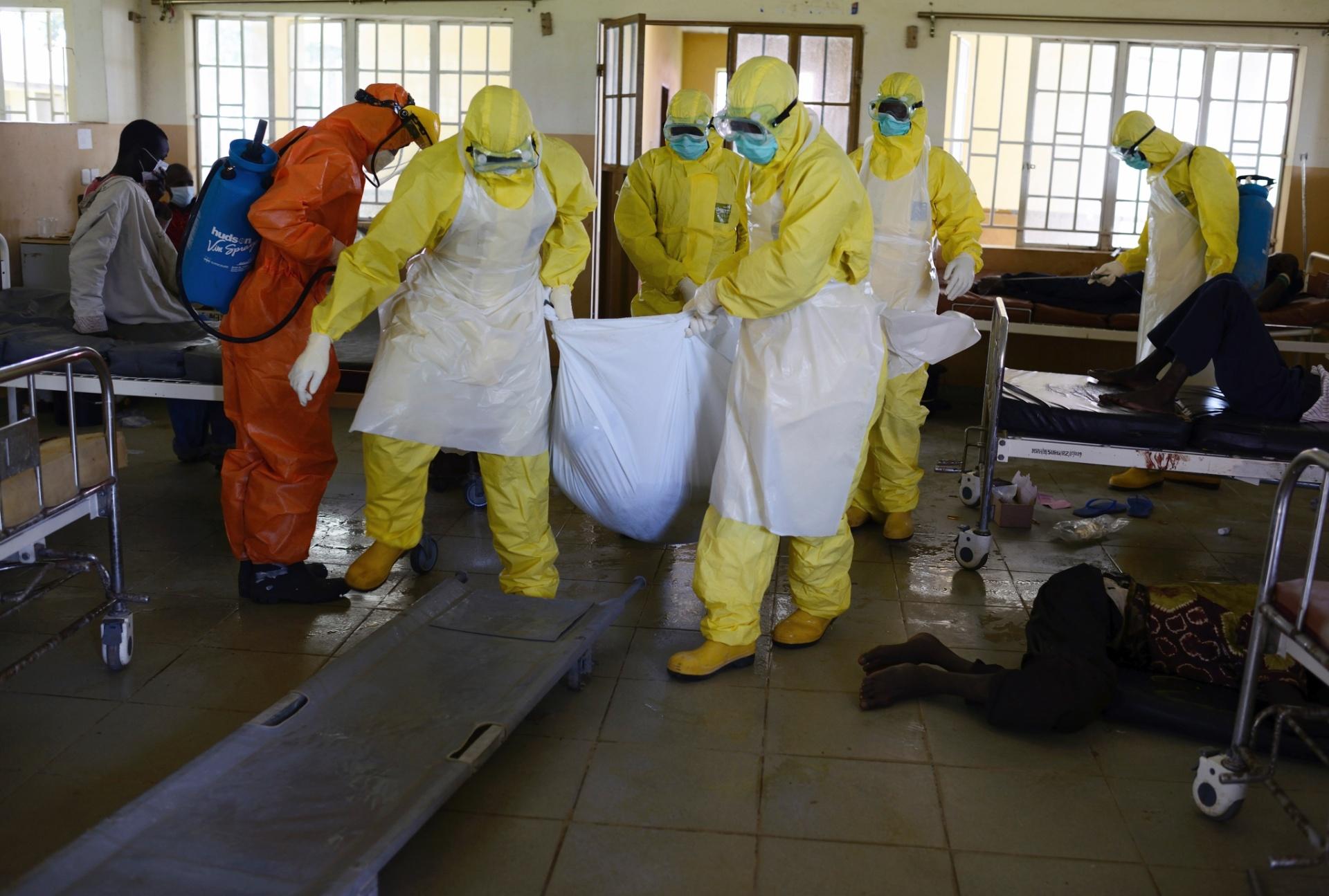1.out.2014 - Funcionários retiram corpo de paciente morto por conta do ebola no Hospital Regional de Makeni