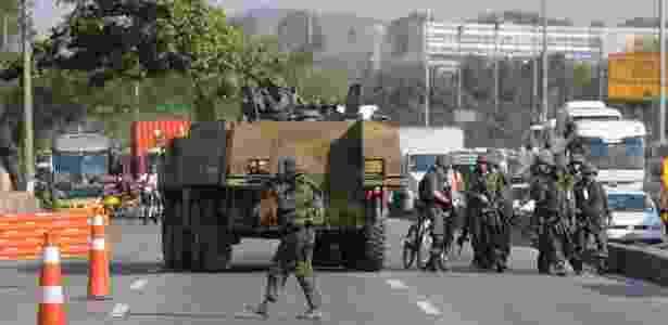 Militares fecharam a avenida Brasil durante um tiroteio no Complexo da Maré na quarta-feira - Sandro Vox/Agência O Dia/Estadão Conteúdo