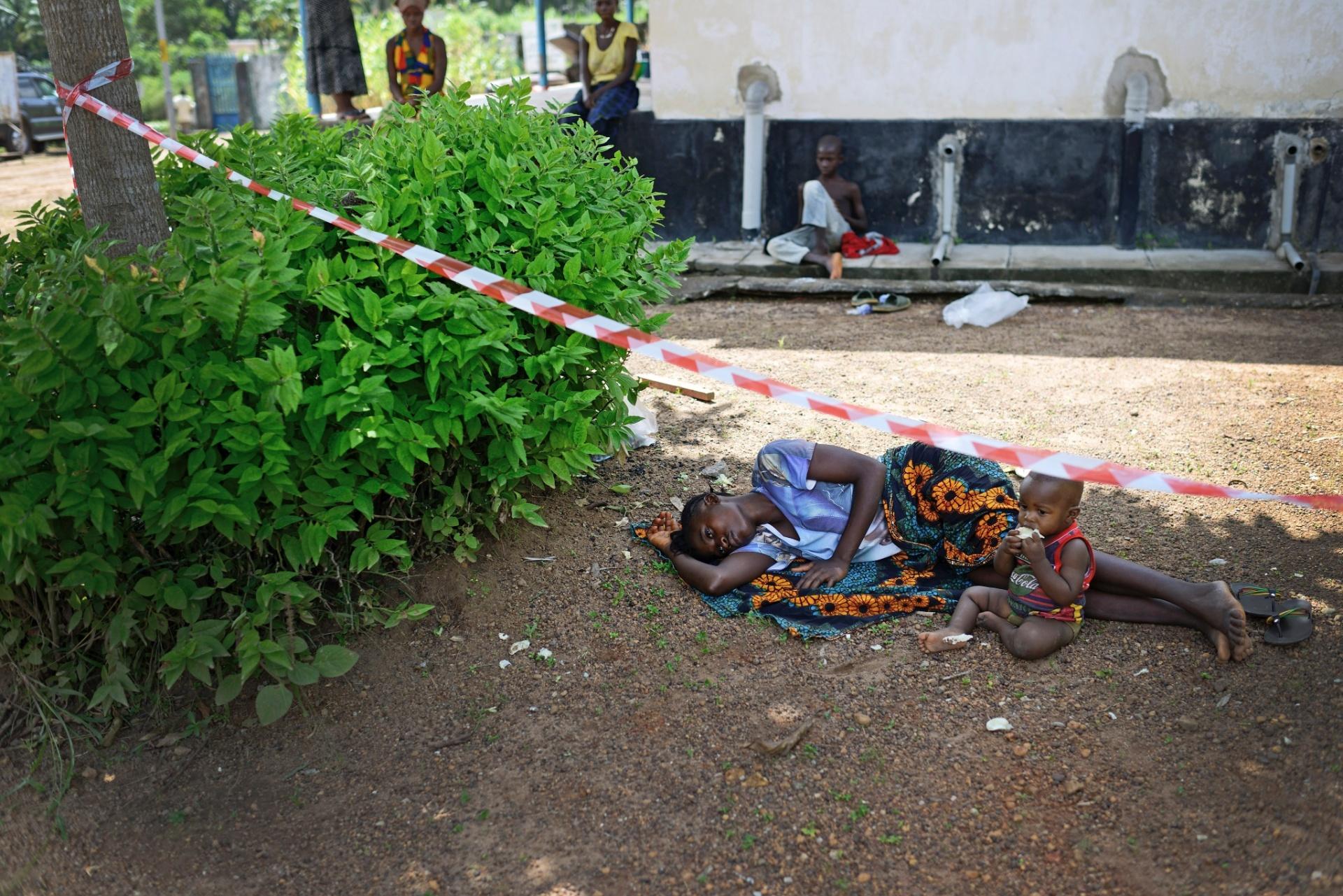 1.out.2014 - Mulher e seu bebê, ambos suspeitos de ter contraído o ebola, ocupam pátio de hospital. Bombali, distrito que inclui Makeni, foi de um caso confirmado de ebola no dia 15 de agosto para mais de 190 neste final de semana