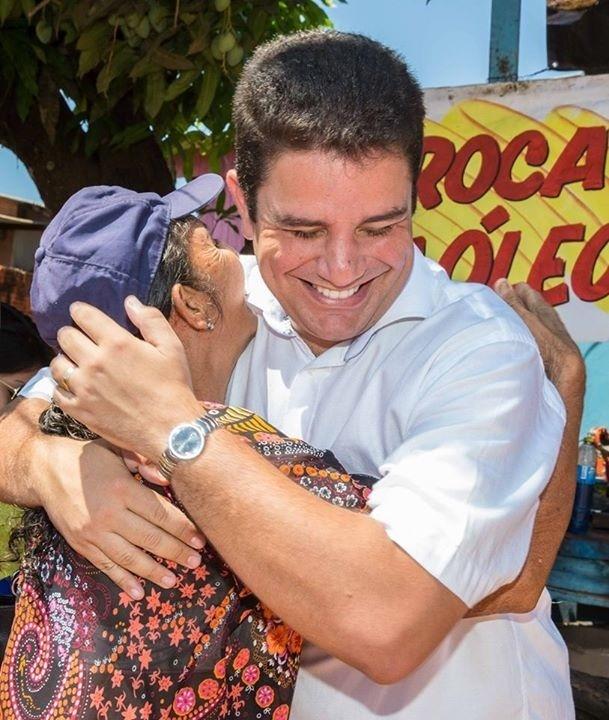 1.out.2014 - O candidato a senador Gladson Cameli (PP) abraça eleitora em caminhada em Rio Branco (AC)