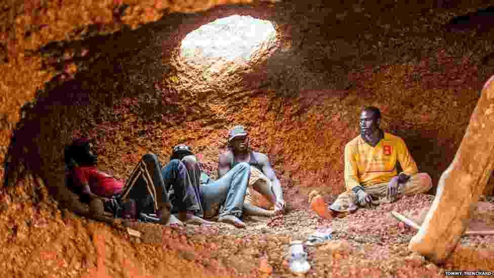1º.out.2014 - O fotógrafo britânico Tommy Trenchard registrou em detalhes os desafios do trabalho de exploração nas minas da fronteira entre Guiné e Mali. Os depósitos de ouro no subsolo perto da cidade de  Kouremale têm atraído milhares de jovens que querem ganhar a vida com a mineração - Tommy Trenchard
