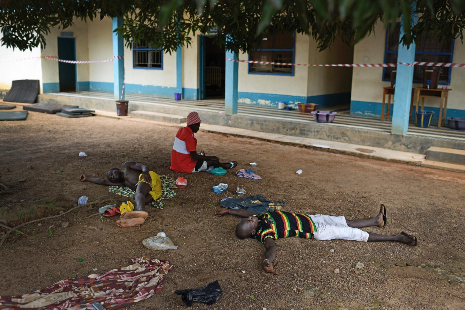 1.out.2014 - Pacientes com suspeita de ebola aguardam por tratameno no
