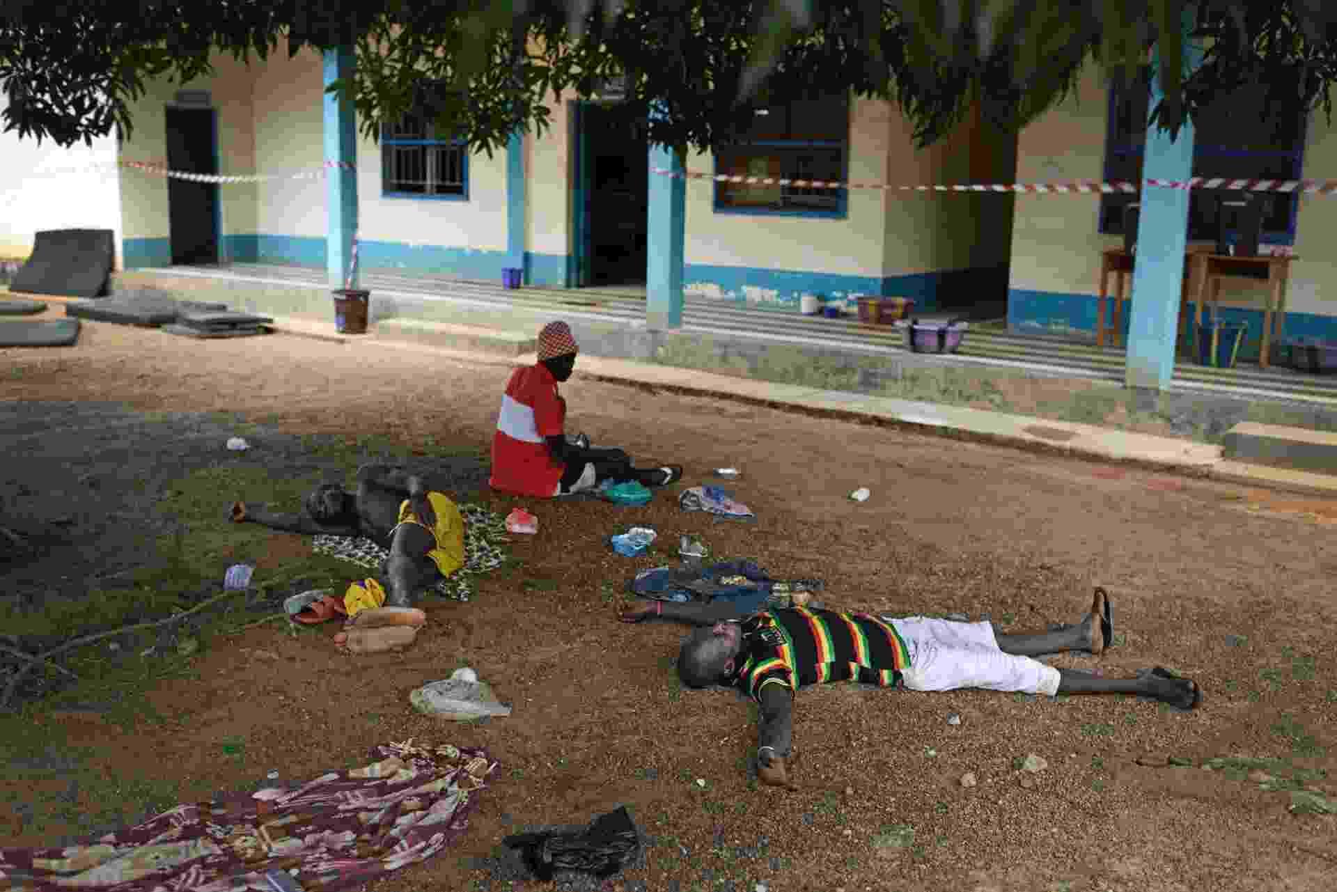 """1.out.2014 - Pacientes com suspeita de ebola aguardam por tratameno no """"Hospital Árabe"""", assim chamado por ter sido construído com dinheiros de países do Golfo Pérsico, na cidade de Makeni - Samuel Aranda/The New York Times"""