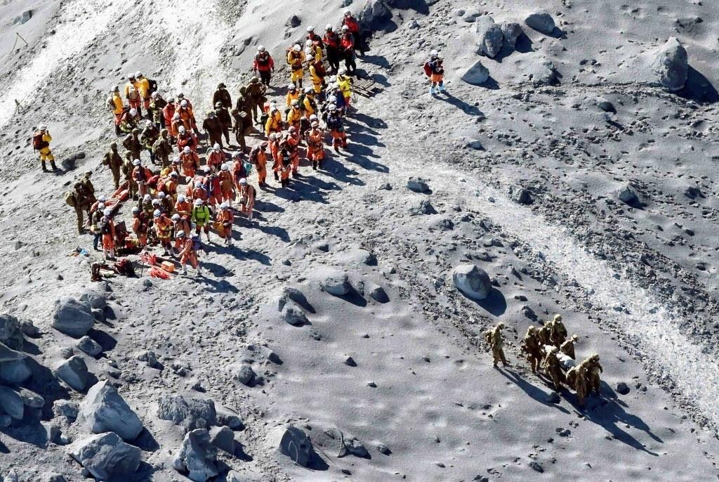 1º.out.2014 - Soldados e bombeiros conduzem operações de resgate em local próximo ao topo do pico do Monte Ontake, na região central do Japão, nesta quarta-feira (1º). Durante a busca, doze corpos foram encontrados no topo do vulcão japonês, elevando para mais de 40 o número de mortos desde o início da erupção, no sábado (27). Muitas pessoas encontradas sem vida apresentavam sinais de ferimentos provocados por rochas, segundo os primeiros indícios. O vulcão não expeliu lava, mas projetou pedras e cinzas
