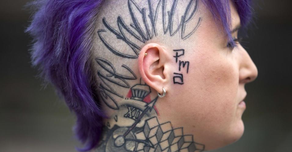 28.set.2014 - Com parte dos cabelos raspados, mulher exibe tatuagem na cabeça durante a Convenção de Tatuagem de Londres