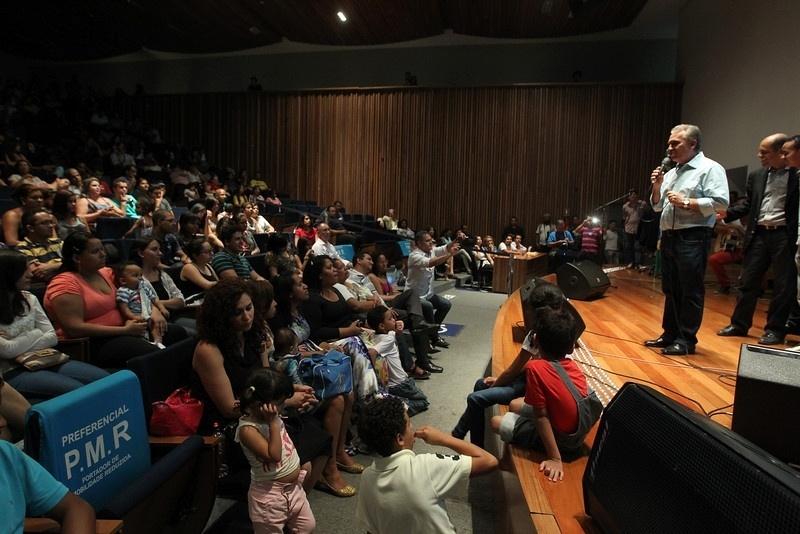 29.set.2014 - Magela, candidato ao cargo de Senador do Distrito Federal pelo PT, participa de festival de Música Gospel, nesta terça (29)