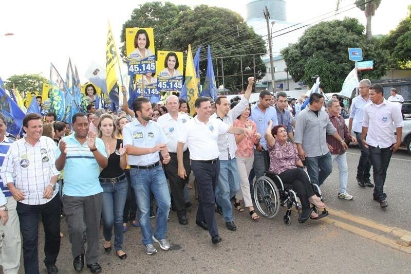 29.set.2014 - O atual governador de Goiás e candidato ao Senado à reeleição, Marconi Perillo (PSDB), participou de caminhada em Goiânia , reuniu três mil moradores, militantes, lideranças e amigos, e seguiu para compromissos em Anápolis