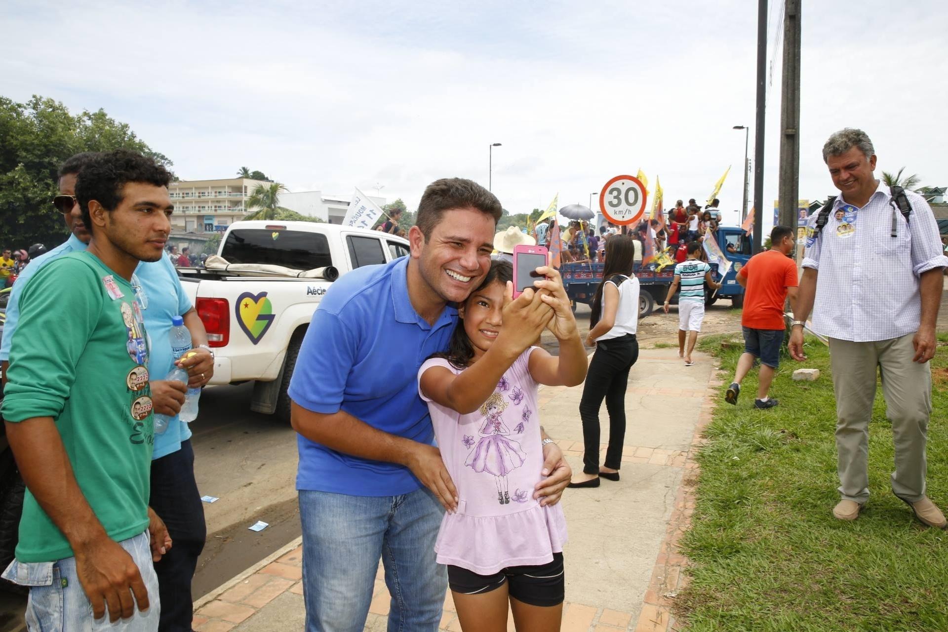 30.set.2014 - Garota tira selfie com o candidato ao Senado pelo Acre Gladson Cameli (PP) durante campanha eleitoral