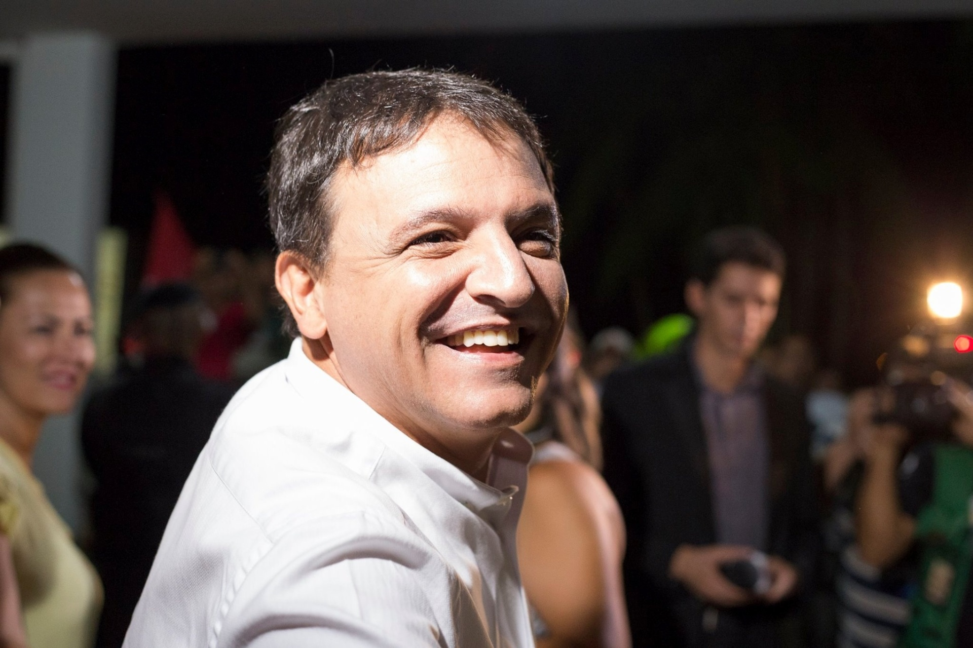 30.set.2014 - O candidato a governador do Acre Márcio Bittar (PSDB) posa para fotos antes de entrar no debate eleitoral da TV Acre, na terça-feira (30)