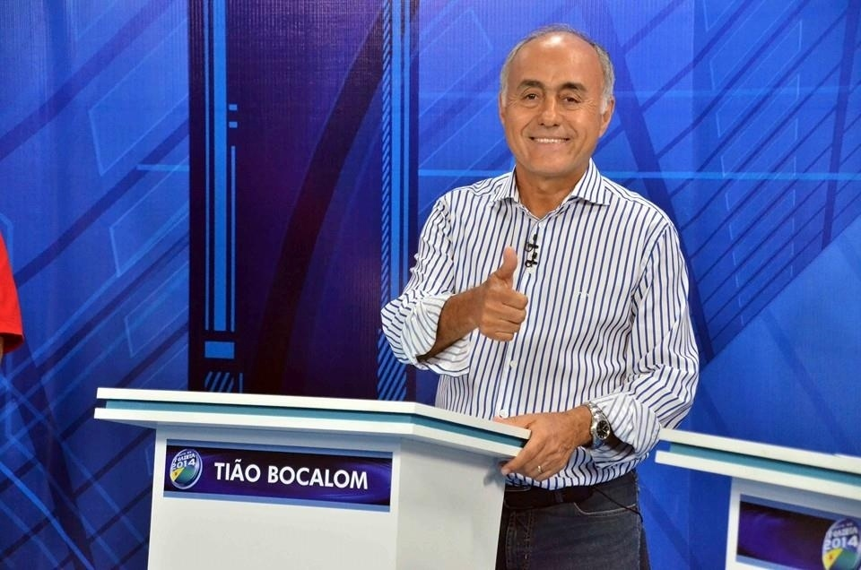 30.set.2014 - O candidato a governador do Acre Tião Bocalom (DEM) posa para foto antes do debate eleitoral na TV Gazeta, na última segunda (29)