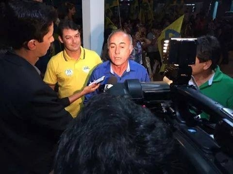 30.set.2014 - O candidato a governador do Acre Tião Bocalom (PSDB) concede entrevista antes de entrar no debate eleitoral da TV Acre, na terça-feira (30)