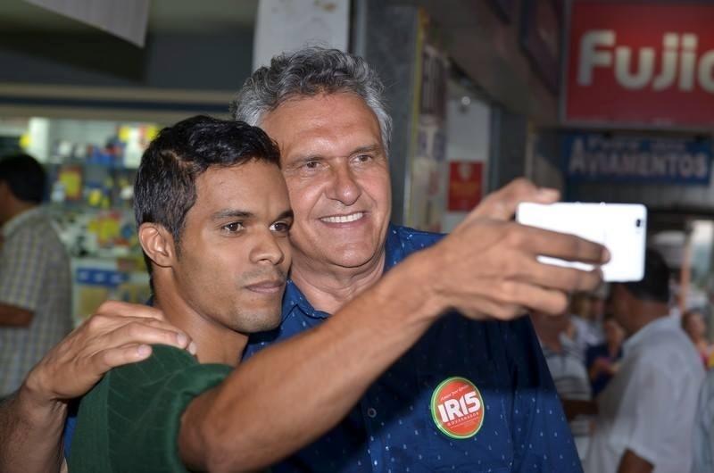 30.set.2014 - O candidato a senador por Goiás Ronaldo Caiado (DEM) tira selfie com apoiador em caminhada, em Inhumas, na Grande Goiânia, nesta terça (30)