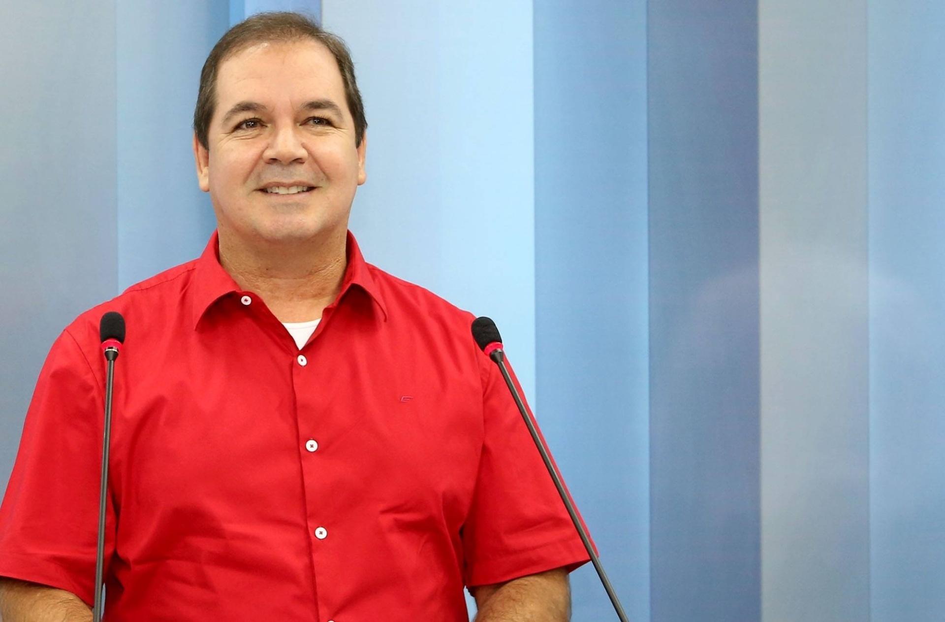 30.set.2014 - O governador do Acre e candidato à reeleição, Tião Viana (PT), posa para fotos no cenário do debate eleitoral da TV Acre, na terça-feira (30)