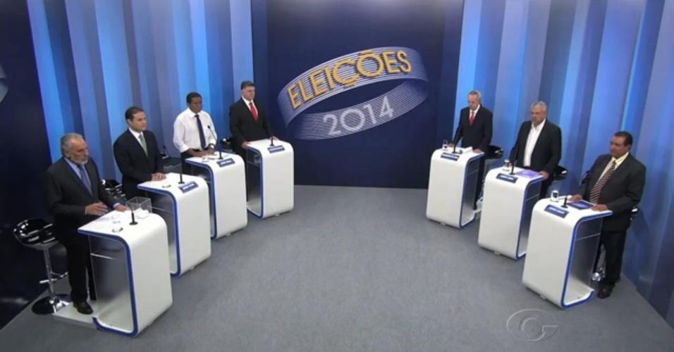 30.set.2014 - Os candidatos ao governo de Alagoas Renan Filho (PMDB), Júlio Cezar (PSDB), Joathas Albuquerque (PTC), Benedito de Lira (PP), Mário Agra (PSOL) e Coronel Goulart (PEN) - da esquerda para a direita - participam de debate da TV Gazeta