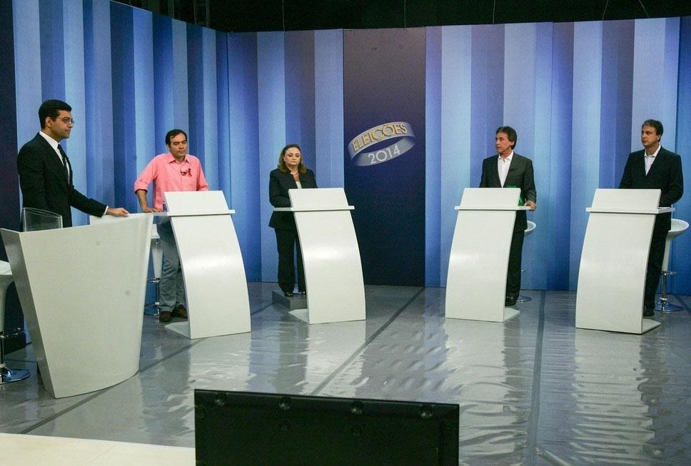 30.set.2014 - Os quatro candidatos a governador do Ceará -Aílton Lopes (PSOL), Camilo Santana (PT), Eliane Novais (PSB) e Eunício Oliveira (PMDB)- participaram do debate realizado pela TV Verdes Mares, afiliada da rede Globo