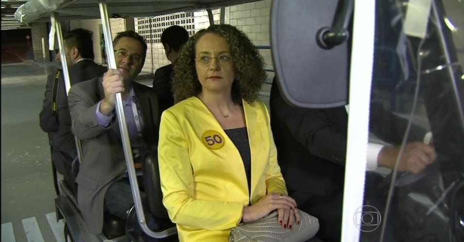 2.out.2014 - A candidata à Presidência Luciana Genro (PSOL) chega aos estúdios da TV Globo, no Rio de Janeiro, para participar de debate eleitoral na noite desta quinta-feira
