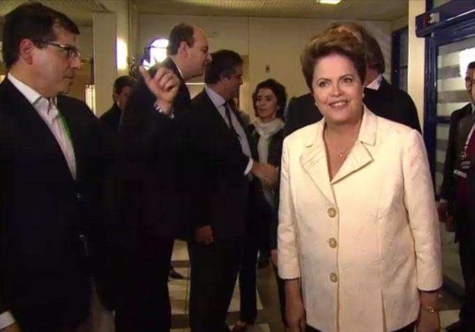 2.out.2014 - A candidata à reeleição, presidente Dilma Rousseff (PT), chega aos estúdios da TV Globo, no Rio de Janeiro, para participar de debate eleitoral na noite desta quinta-feira