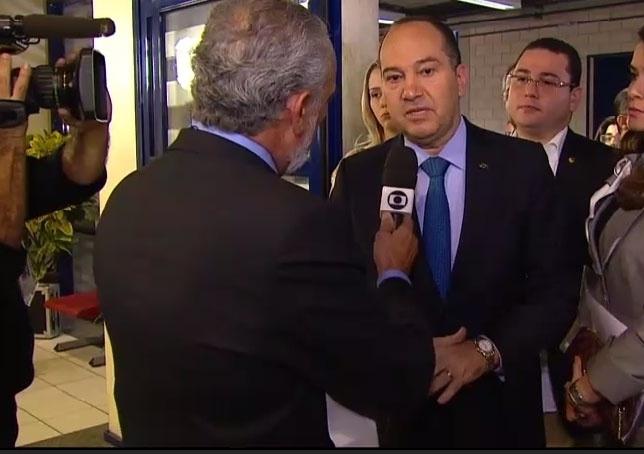 2.out.2014 - O candidato à Presidência Pastor Everaldo (PSC) chega aos estúdios da TV Globo, no Rio de Janeiro, para participar de debate eleitoral na noite desta quinta-feira