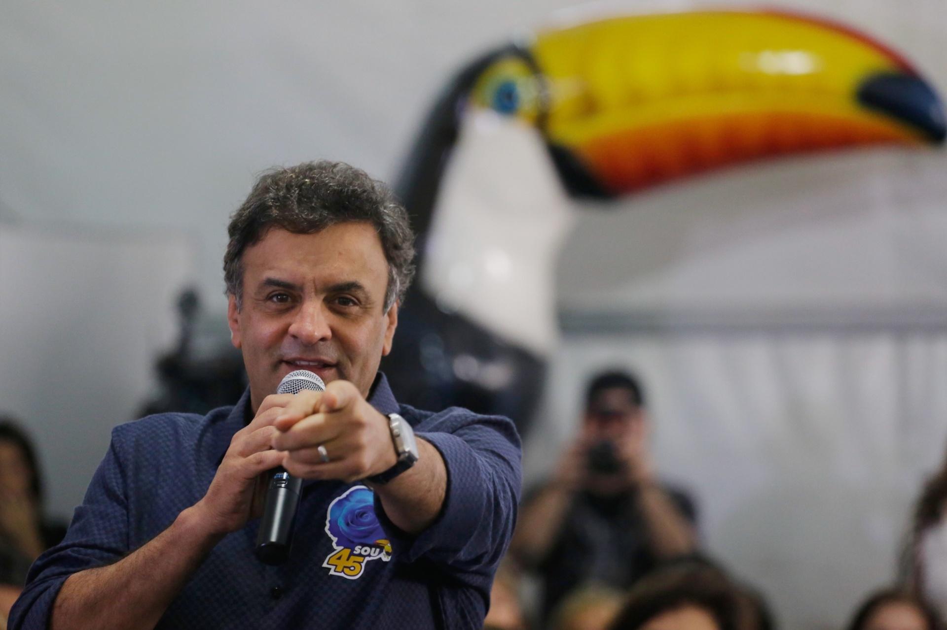 17.set.2014 - O candidato à Presidência da República pelo PSDB, Aécio Neves, participa de encontro com mulheres do partido, no comitê do PSDB, na zona sul da capital paulista