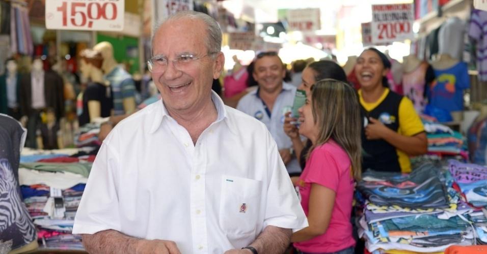 1º.out;2014 - O candidato a governador do Distrito Federal, Jofran Frejat, caminha na Feira dos Goianos, em Taguatinga, no Distrito Federal