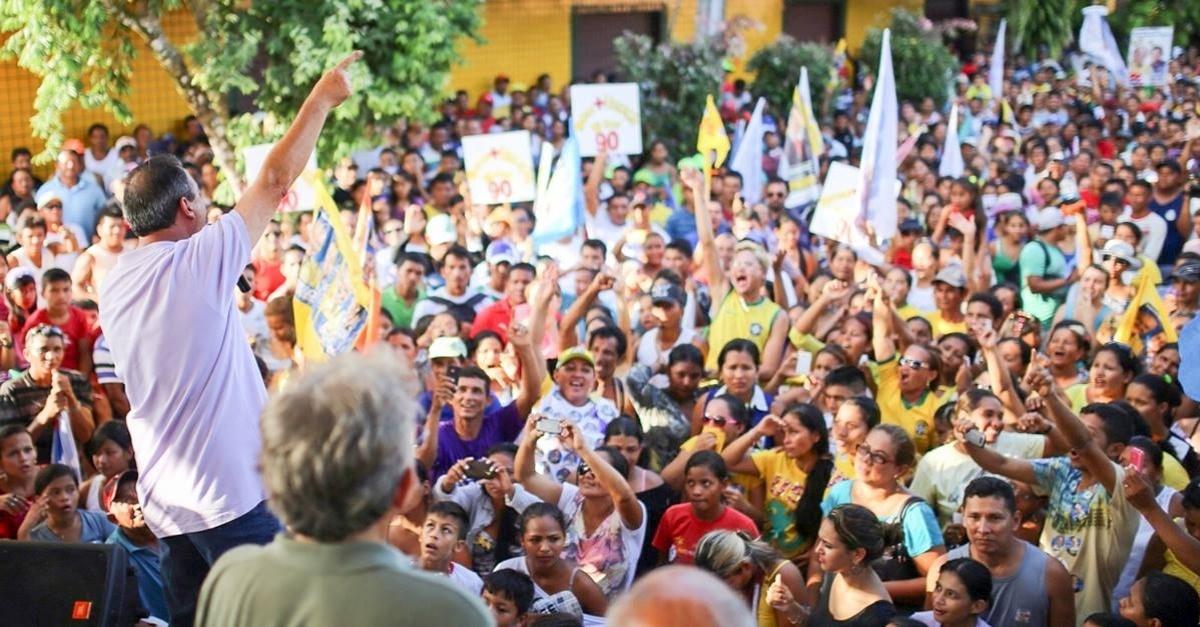 1º.out.2014 - O candidato ao Senado do Amazonas Omar Aziz (PSD-AM) participa de comício no Amazonas
