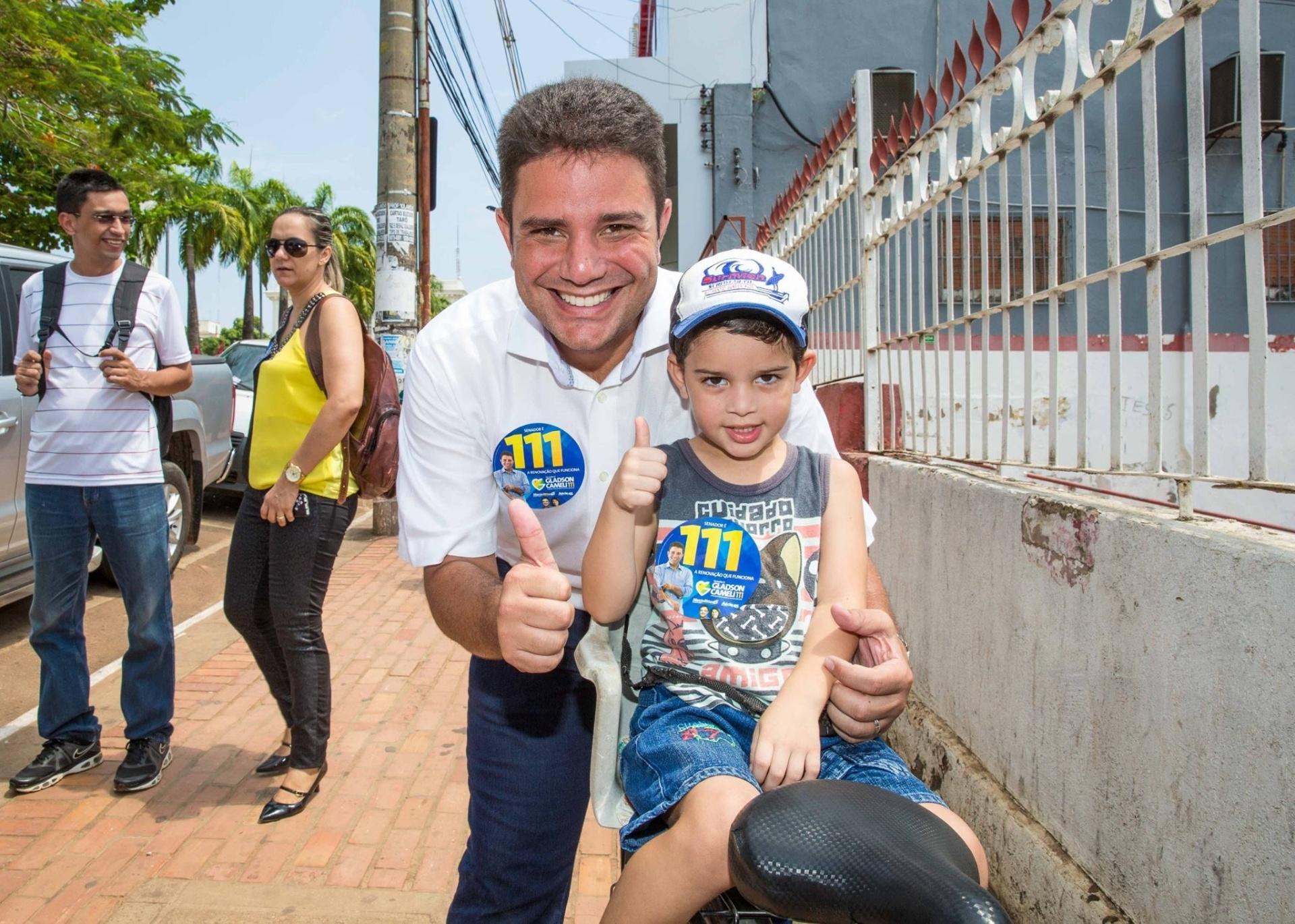 1º.out.2014 - O candidato do PP ao Senado do pelo Acre, Gladson Cameli, faz caminhada no centro de Rio Branco